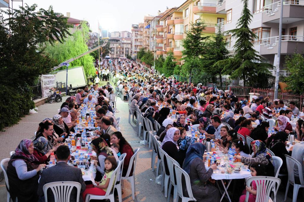 Moslims in Ankara (Turkije) komen bij elkaar bij zogenaamde 'buurtiftars'. Iftar is de maaltijd na zonsondergang